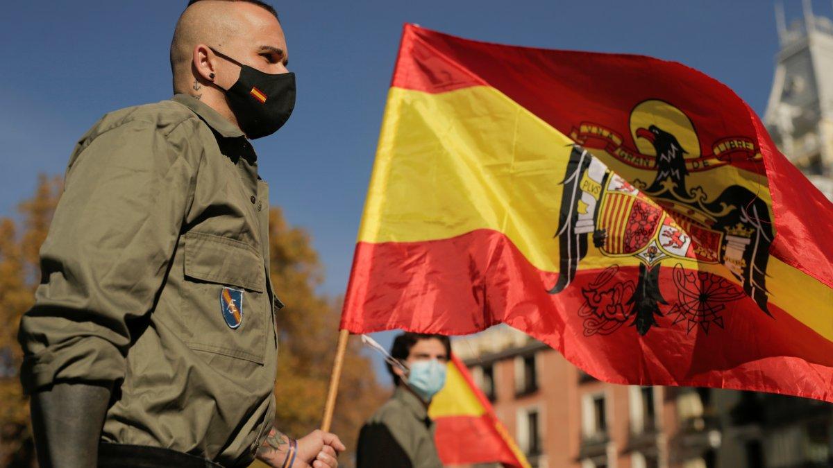 İspanya'da diktatör Franco Nazi selamıyla anıldı