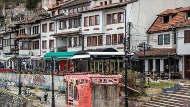 Prizren'in yıkılan evlerinin kapı ve pencereleri sergide buluştu