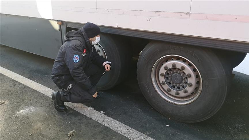 Sırbistan'da görev yapan Türk polisinin dikkati, tırların altına gizlenen düzensiz göçmenleri donmaktan kurtardı
