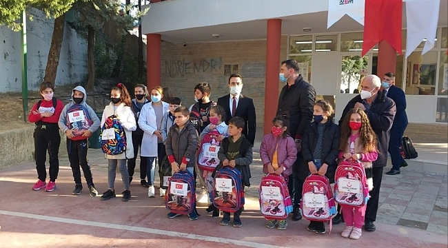 YTB'nin desteğiyle Arnavutluk'taki öğrencilere kırtasiye yardımı